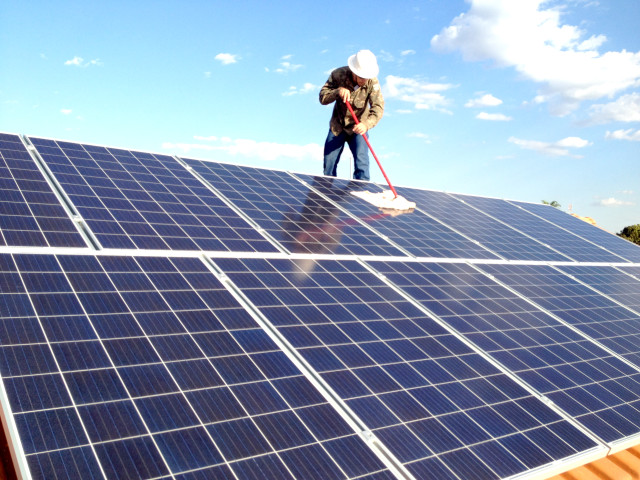 Como realizar a limpeza dos painéis solares e garantir sua eficiência